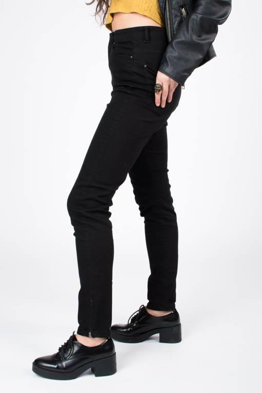 A tenda de roupa Belinca proporcionou estes vaqueiros negros tan acaídos ó look