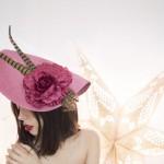 Tocado á de pamela con pluma e flor para ceremonias