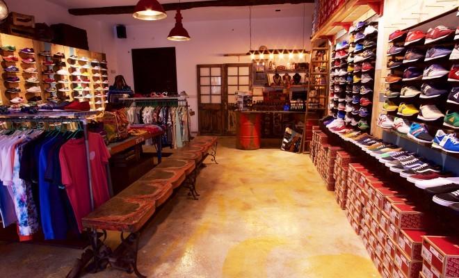 Interior de la tienda Sniker en Ourense