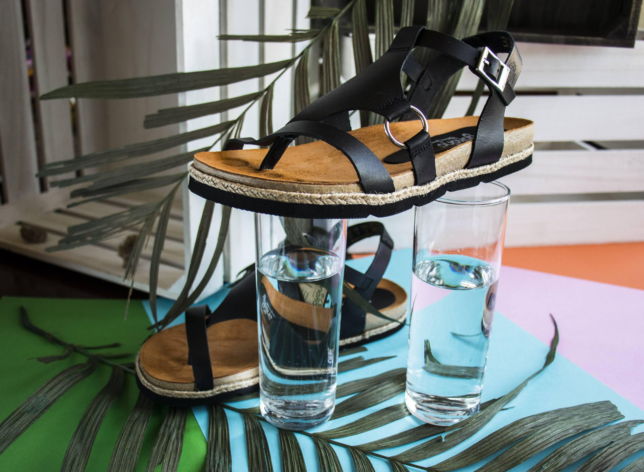 Sandalias negras de cuero Yokono