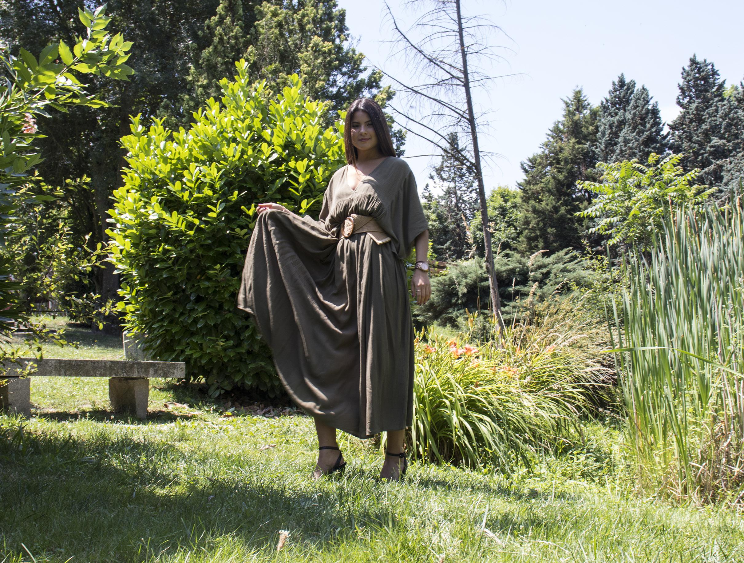 outfit mujer: vestido verde oscuro es ideal para las tardes de verano