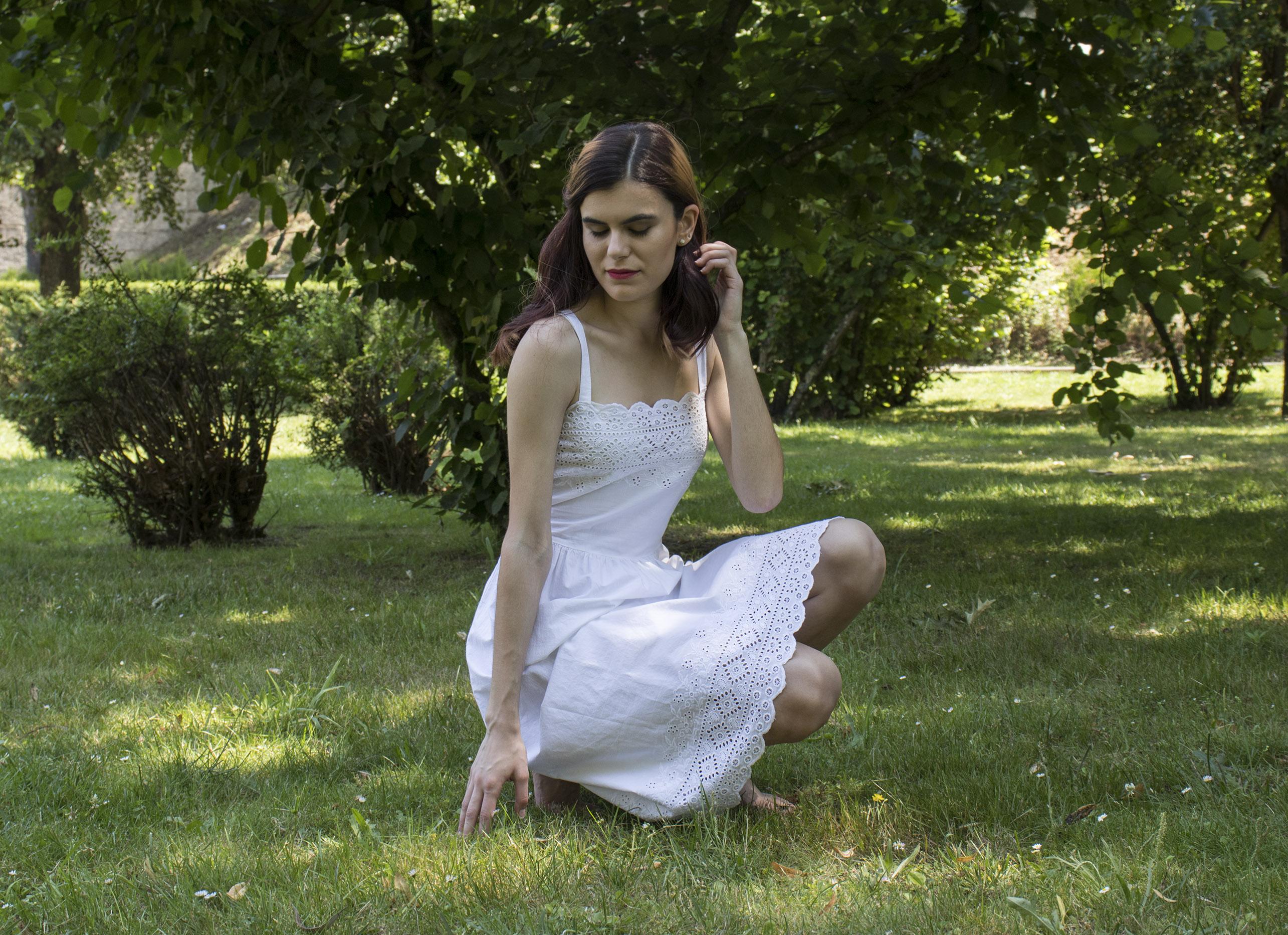 Outfit mujer: Vestido más suelto con remate en puntilla