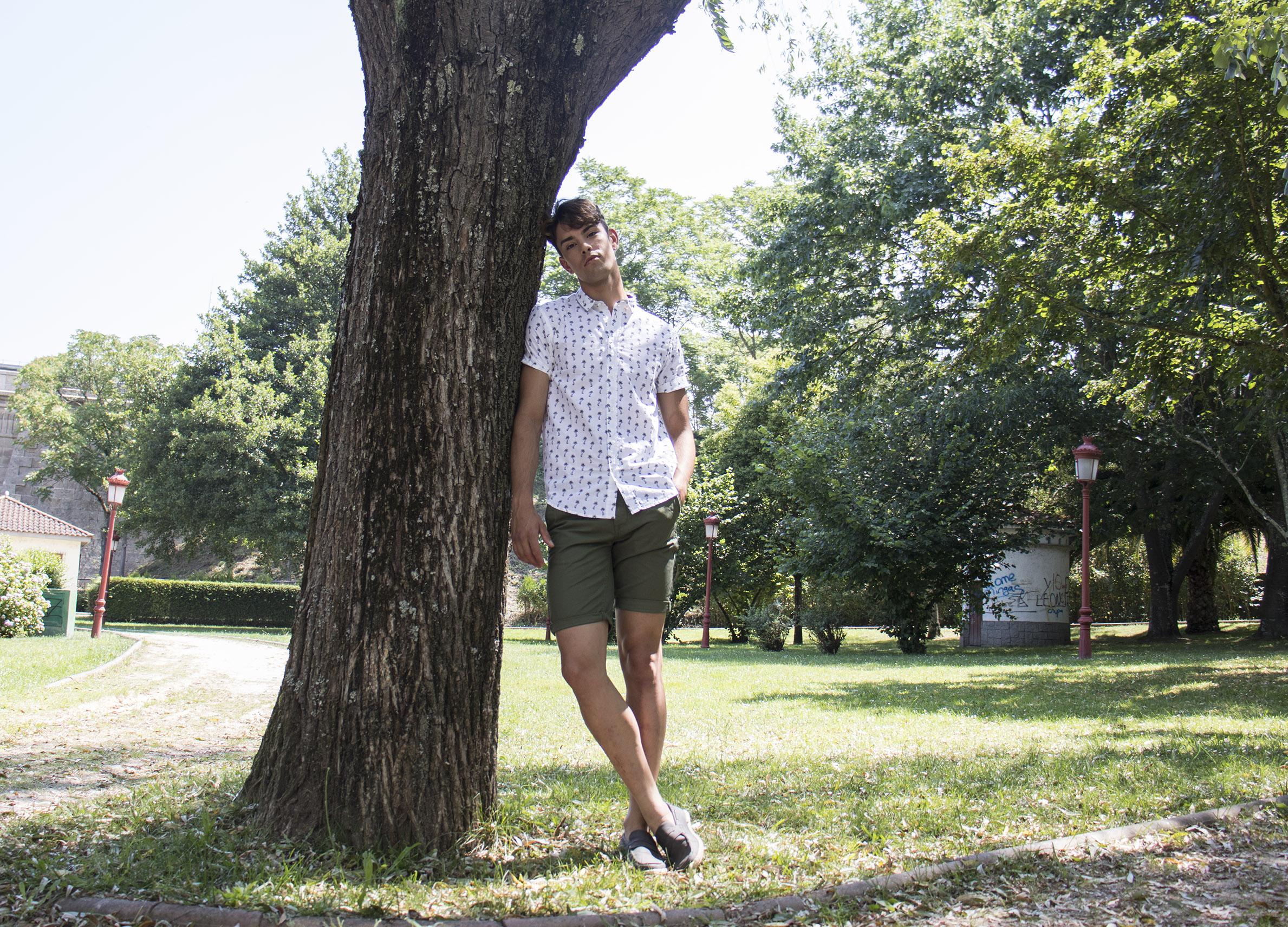 Outfit hombre: camisa con estampado de palmeras y pantalón corto verde militar