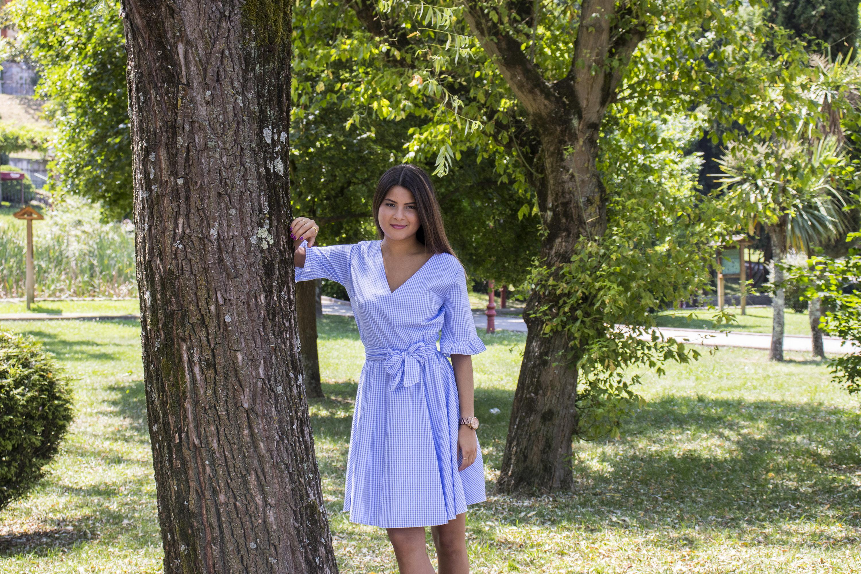 Outfit mujer: vestidito azul de estampado de raya diplomática