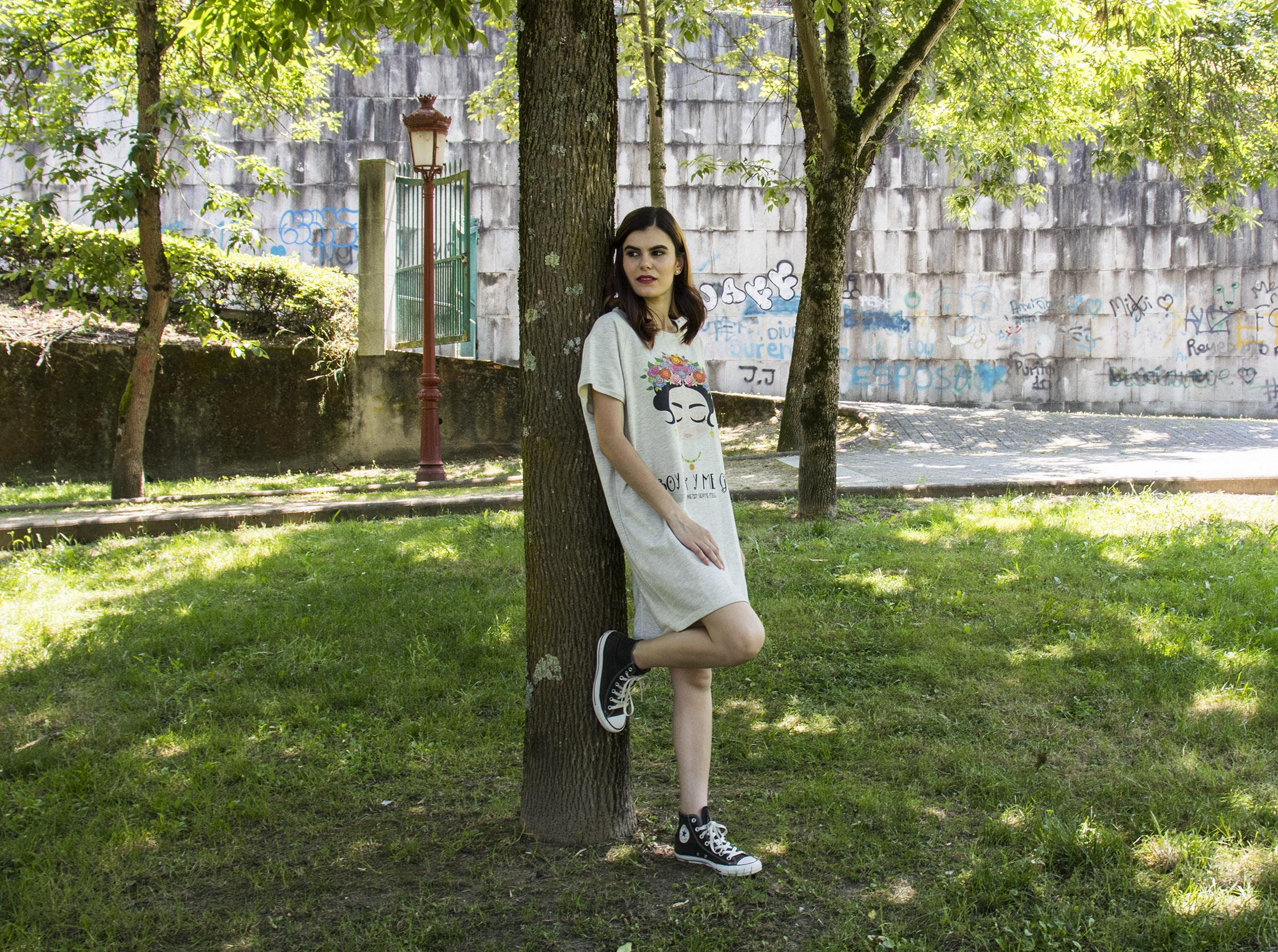 Outfit mujer: Vestido camisero con estampado de Frida Kahlo