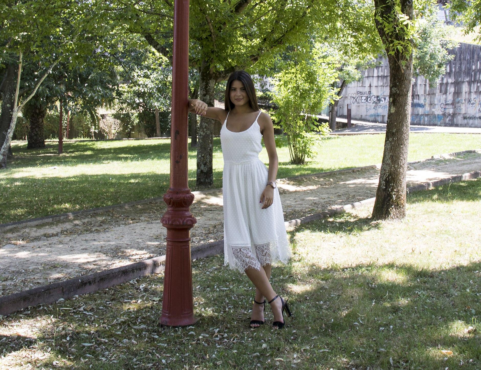 Outfit mujer: Vestido blanco de gasa con estampado de puntitos, vaporoso, fresquito