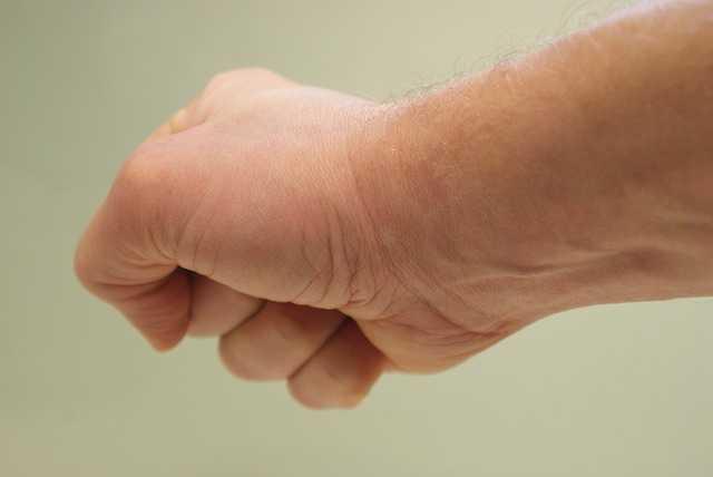 mano con el puño cerrado