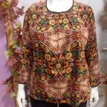 Blusa con estampado floral con efecto caleidoscópico.