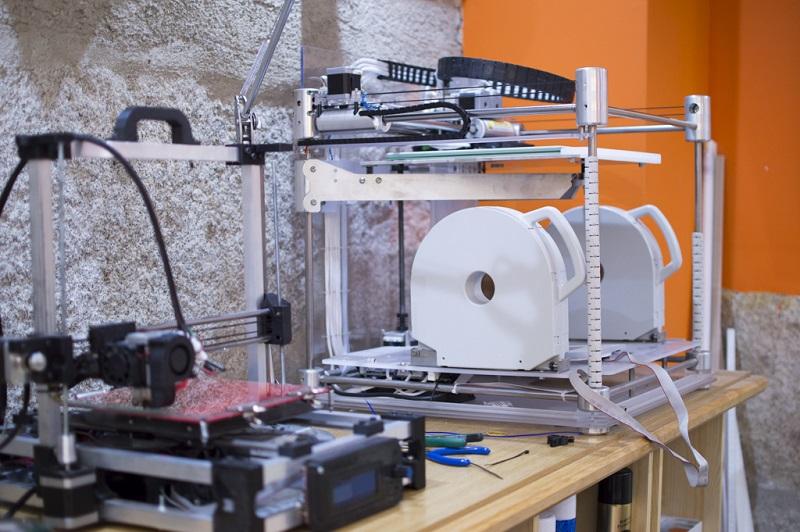 Impresora 3D que empregan na empresa ourensana + que 3d para crear obxectos a partires de bobinas con fíos de plástico