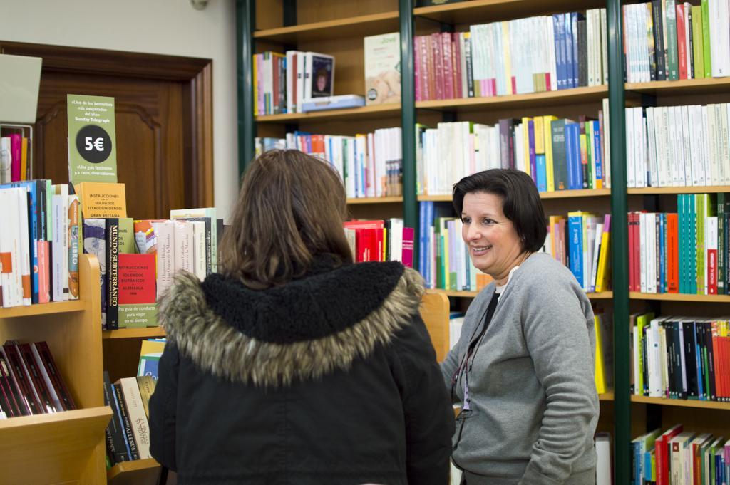 Pilar asesorando a una clienta.
