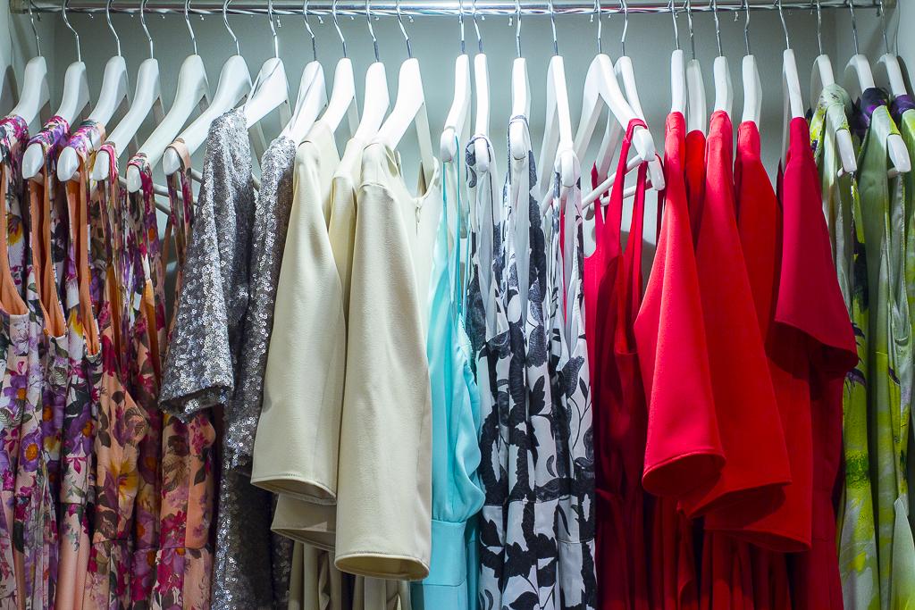 La colección que desfiló en la MFShow, en la tienda de Mónica Cordera luce en las perchas de su establecimiento en la ciudad.