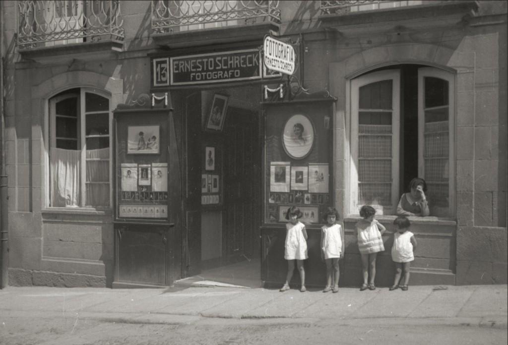 Fachada del local en 1922, recién llegados a Ourense