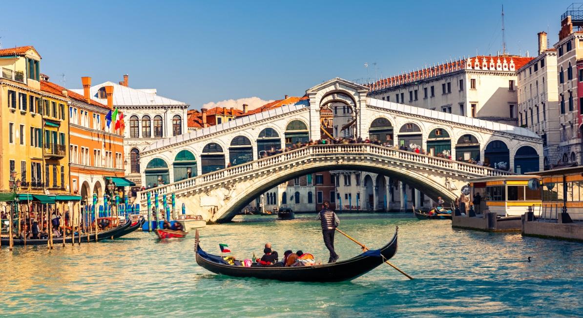 Góndola en el Canal de Venecia.