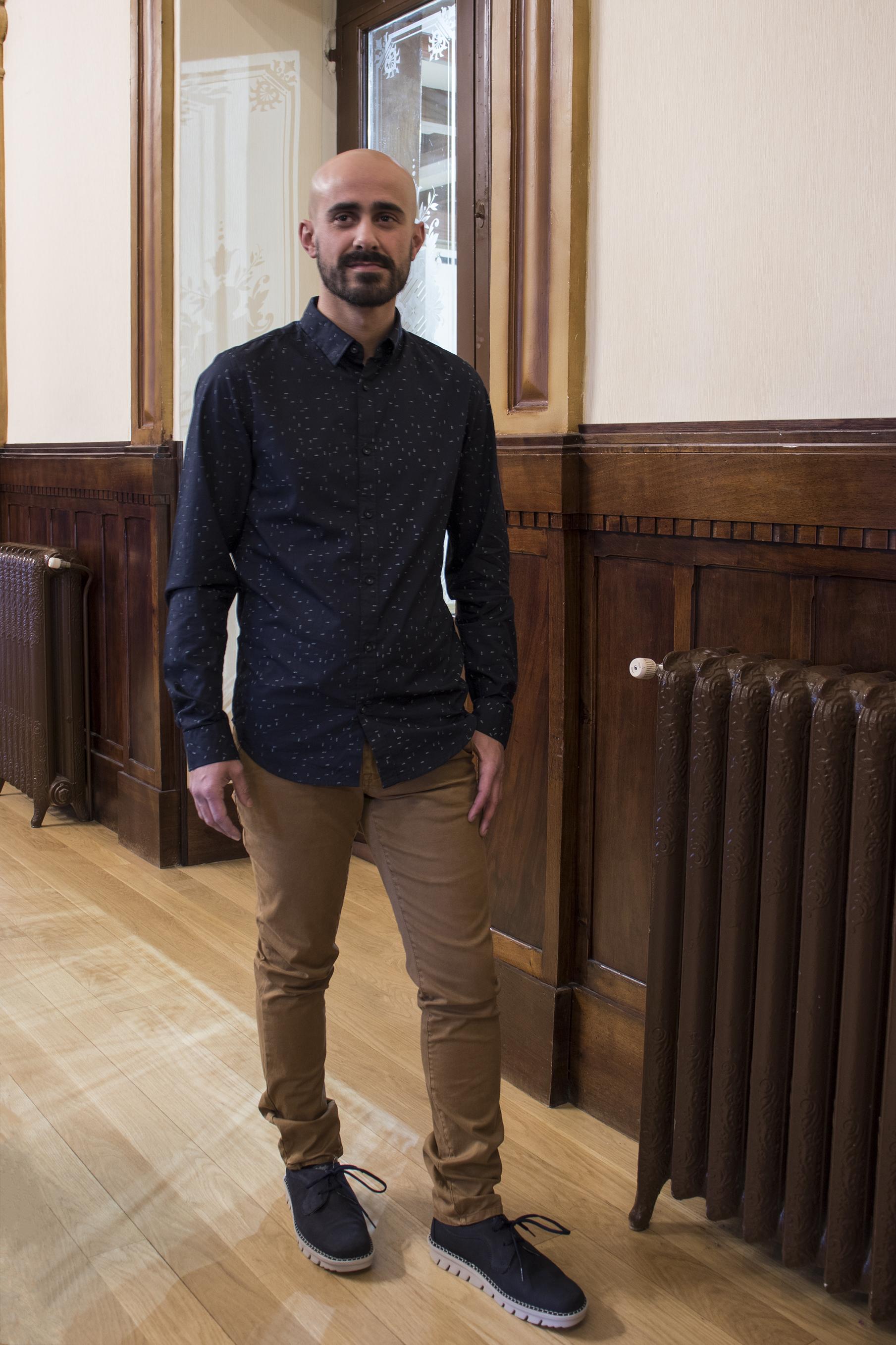 David look chino marron y camisa azul oscura - Regalos para el día del padre 2018 Ourense