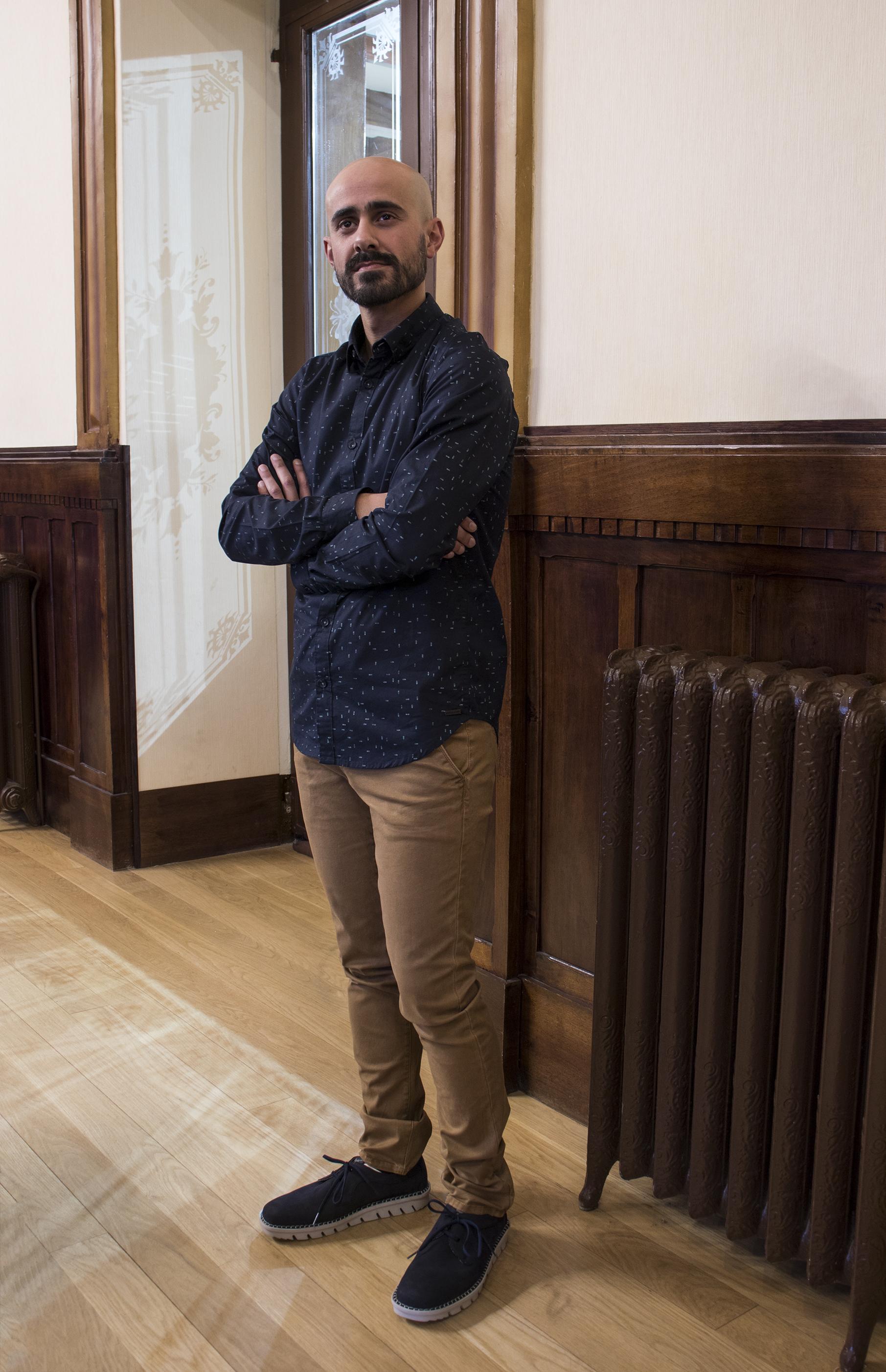 David look chino, camisa oscura y zapatos cachalot - Regalos para el día del padre 2018 Ourense