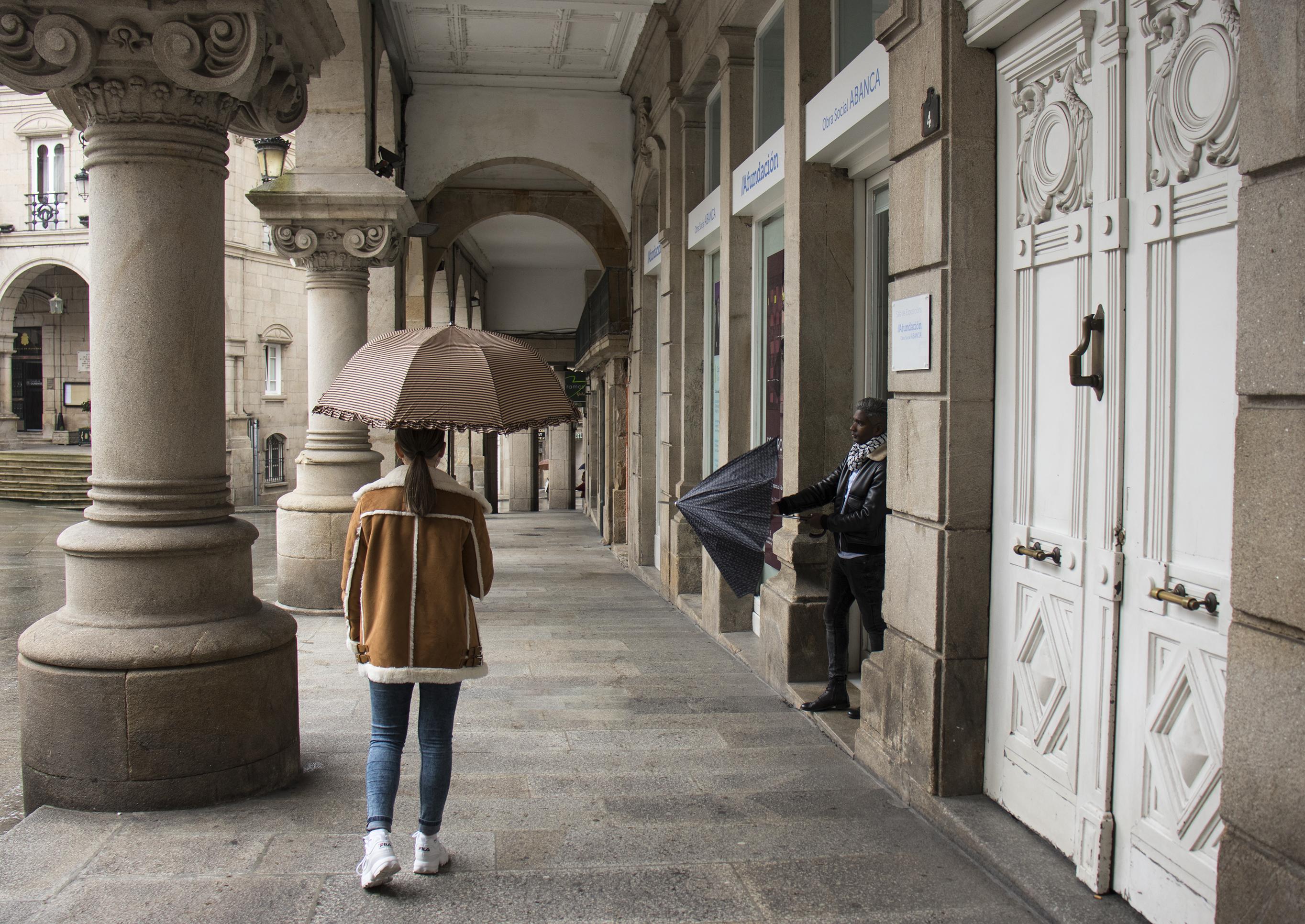 Paraguas marrón y negro estampado